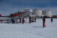 DC3 au départ, emportant dans son ventre les hivernants 2008